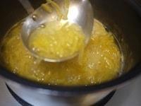 柚子、グラニュー糖、水を加え、煮る