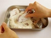 塩こしょう、小麦粉をまぶす
