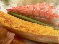 エビは茹でて殻をむき、玉子焼きを作る