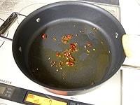 赤唐辛子と花椒を炒める