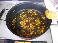 ねぎ、生姜、にんにくを炒める