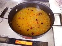 鶏がらスープを加え、火を止める