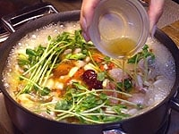 野菜と肉類をいれ調味料を加える、仕上げにごま油をまわしかける