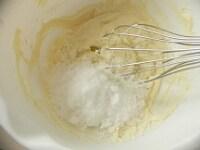 クリームチーズを柔らかく混ぜ、砂糖と卵を混ぜる