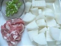 大根は1cm厚のいちょう切り、豚肉は一口大に切る