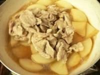 ひと煮立ちしたら豚肉を戻し、弱火で7~8分煮る