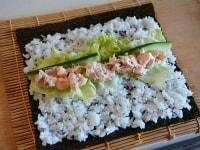 海苔に酢飯と具材を広げる
