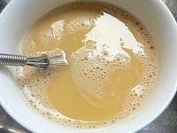 卵をよく溶きほぐし、スープと混ぜる