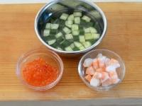 いくらのカップ寿司の具材の準備