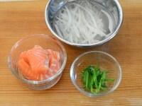 サーモンのカップ寿司の具材の準備