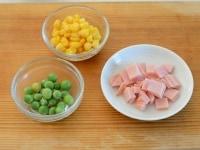 ハムと野菜のカップ寿司の具材の準備