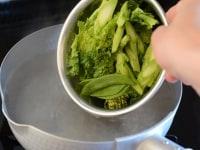 菜の花とさやえんどうをゆでる