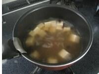豆腐ときくらげ、調味料を入れる