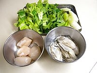 野菜はざく切りに、カキは汚れを取り水洗い