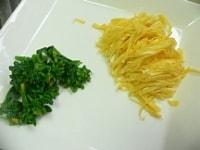 錦糸玉子を作り、菜の花を茹でる