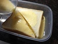 卵液にパンを浸し、電子レンジにかける