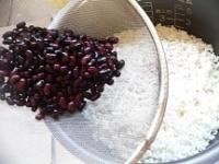 釜にもち米と黒小豆の水を入れる