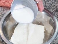 食パンを牛乳にひたしておく