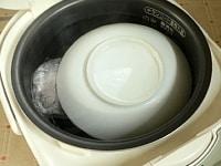 浮かぶようであれば小皿をのせて沈める
