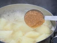 調味料を加えて煮込む