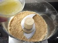 ビスケットを砕いてバターと混ぜる