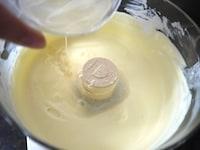 クリームチーズ、ヨーグルト、砂糖、レモン汁にゼラチンを加える