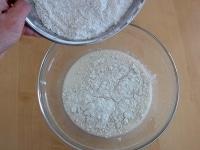 材料に粉類を加える