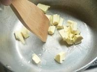鍋の中でバターを1cm角に切る