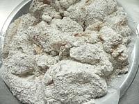 鶏肉に調合粉をまぶす