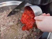 トマトと調味料を加える