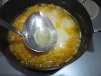 皮、果肉、種、グラニュー糖を入れ、煮る
