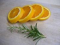 オレンジを輪切りに、ローズマリーは洗い水気をふく