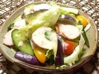 野菜とスモークチキンのサラダ