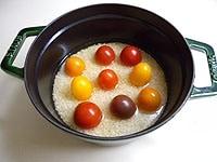 トマト、オリーブオイル、塩も加える