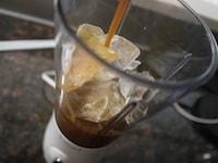 コーヒー、牛乳、砂糖、氷をミキサーにかける