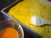 つや出しの卵黄を塗り、オーブンで焼く