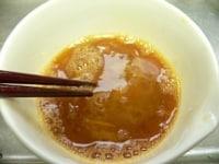 卵を溶いて醤油を混ぜる