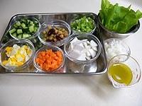 詰める野菜をそろえ、ドレッシングを合わせる