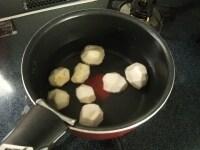 皮をむいた里芋を茹でる