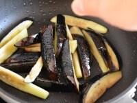 なすに下味をつけ、丼に盛りつける