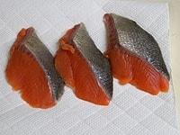 生鮭に塩を振り10分ほどおく