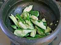 きゅうりは皮をむき、塩をまぶして10分ほど置く。