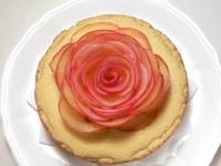りんごを花びら状に飾り付ければ完成