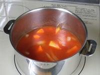 トマトジュースと水を加え煮る