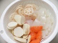 野菜とこんにゃくを切る