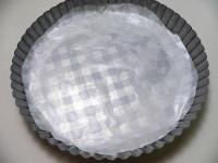 型にバターか油を塗ってオーブンシートを敷く