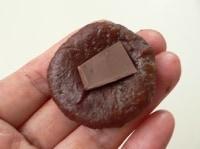 チョコを詰めて丸める