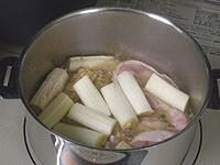 1の鍋に鶏肉、ごぼう、ネギを加える