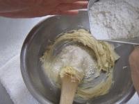 薄力粉を2回に分けて加える。