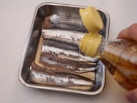 いわしの刺身を酢でしめる